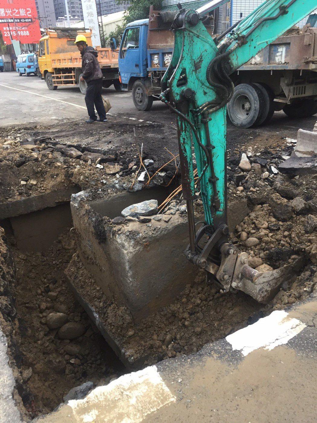 台中市北屯區軍功路今早被市民發現路面滲水,台水公司開挖檢修,造成區域停水。圖/台...