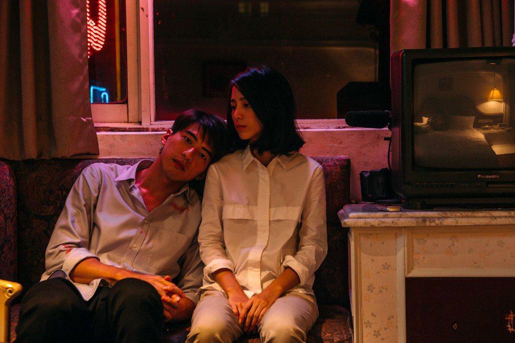 溫貞菱(右)、傅孟柏合作「最後的詩句」。圖/公視提供