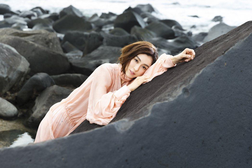 范范拍「幸福的路上」mv,攀岩險掉懸崖。圖/福茂提供