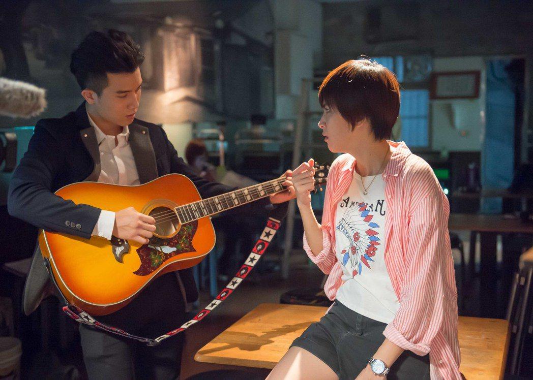 陳彥允(左)浪漫唱情歌向曾沛慈表白。圖/TVBS提供