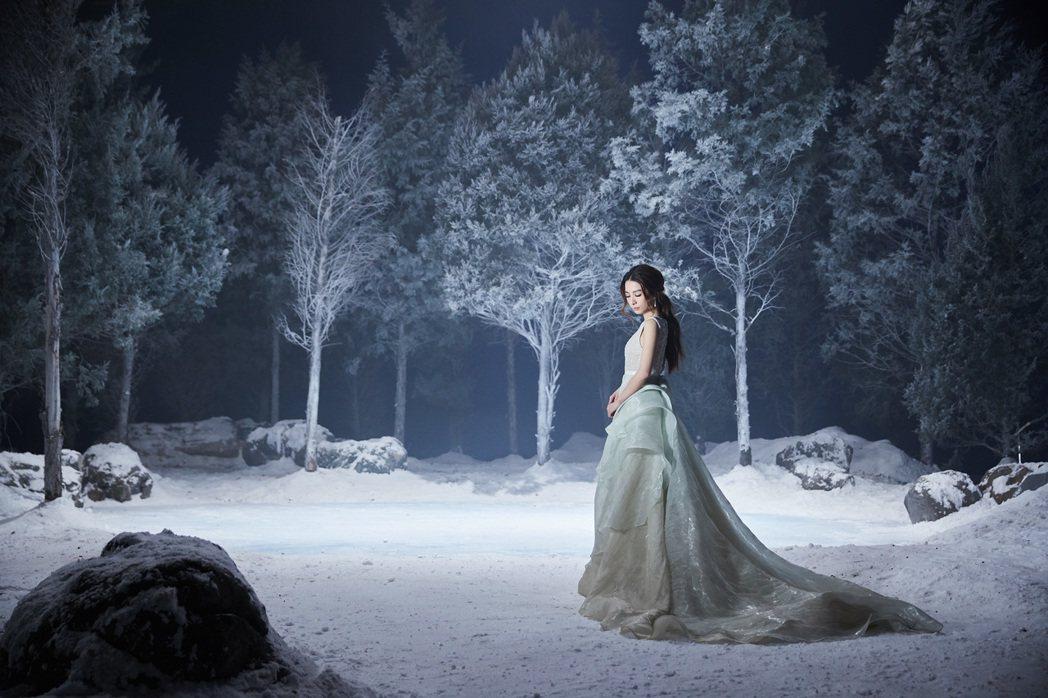 田馥甄身穿長禮服與井柏然對唱「美女與野獸」。圖/迪士尼提供
