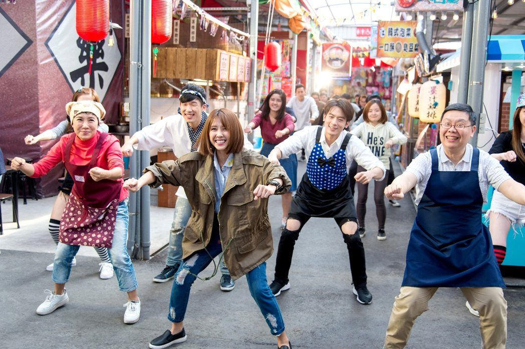三立周五華劇「極品配對」發明「夜市舞」,演員跳得很開心  圖/三立提供