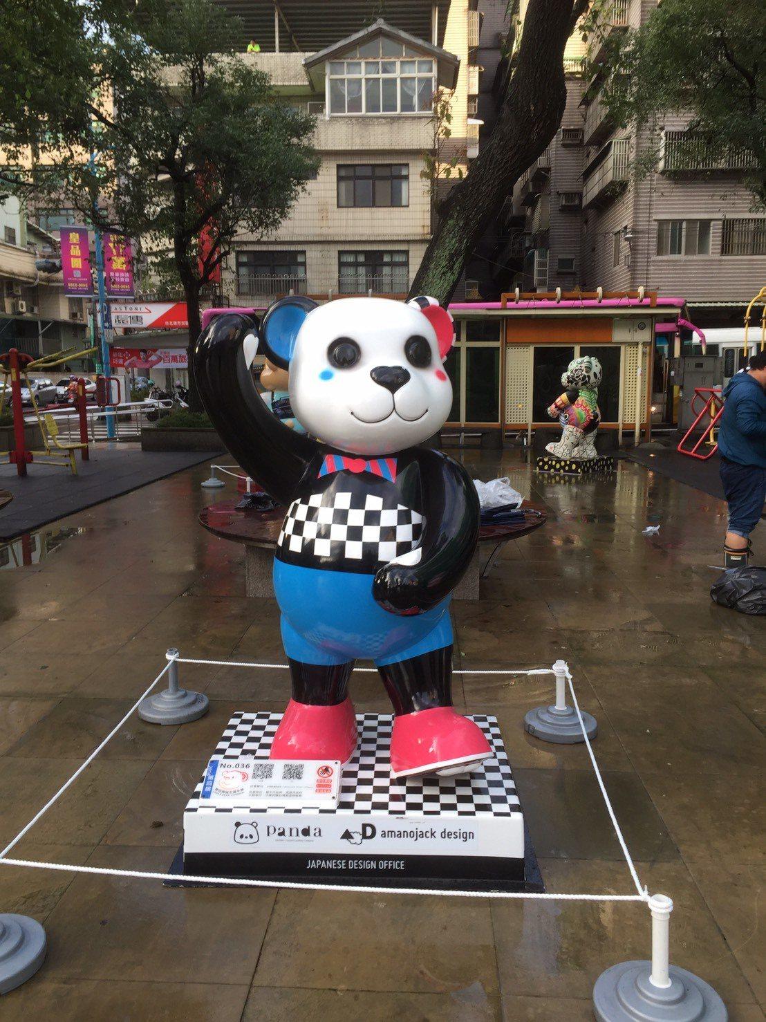 瑞芳區公所與台灣泰迪熊協會合作,引進18座泰迪熊戶外裝置藝術,放置在瑞芳火車站前...