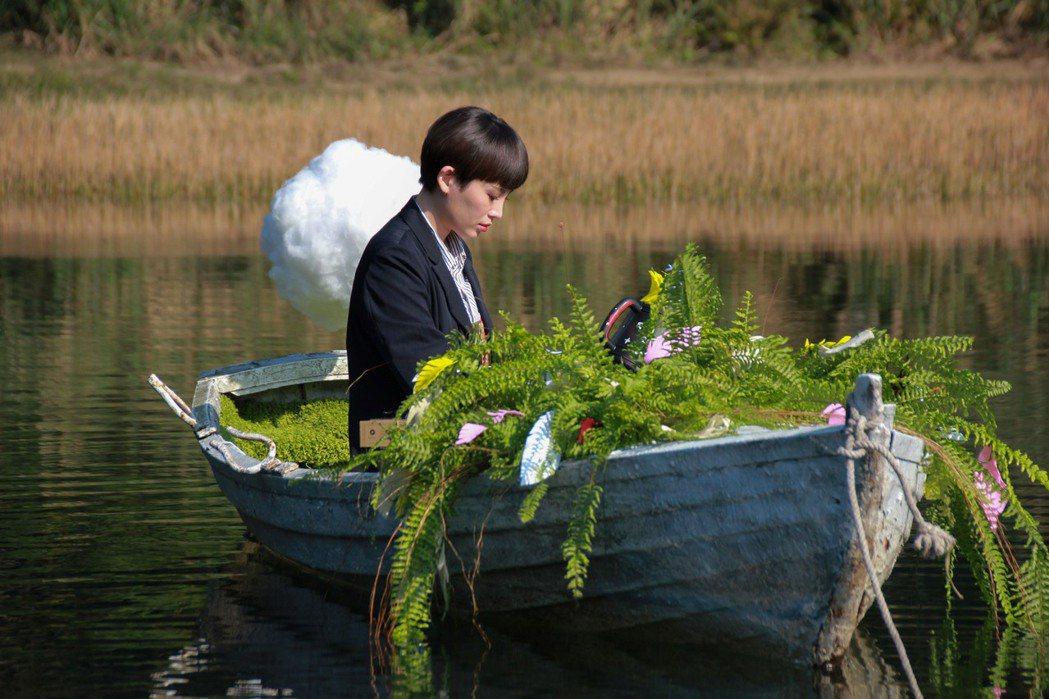 魏如萱汐止新山夢湖拍「末路狂花」巡迴演唱會宣傳影片,求入戲要大家別跟她說話。圖/