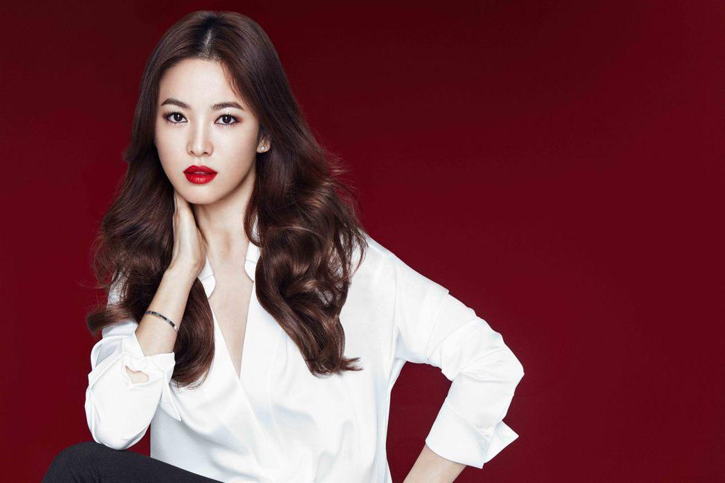 宋慧喬示範最新時尚炫色訂製唇膏#335惹火尤物。圖/蘭芝提供