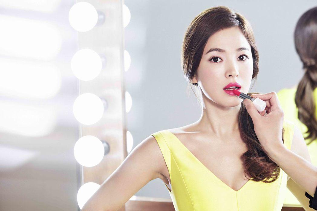 宋慧喬示範最新時尚炫色訂製唇膏#142粉紅親吻。圖/蘭芝提供