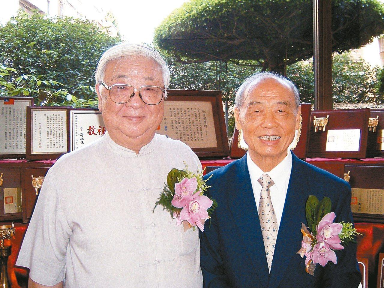 2003年,三民書局五十周年慶,劉振強先生(右)與逯耀東先生合影。 圖/三民書局...
