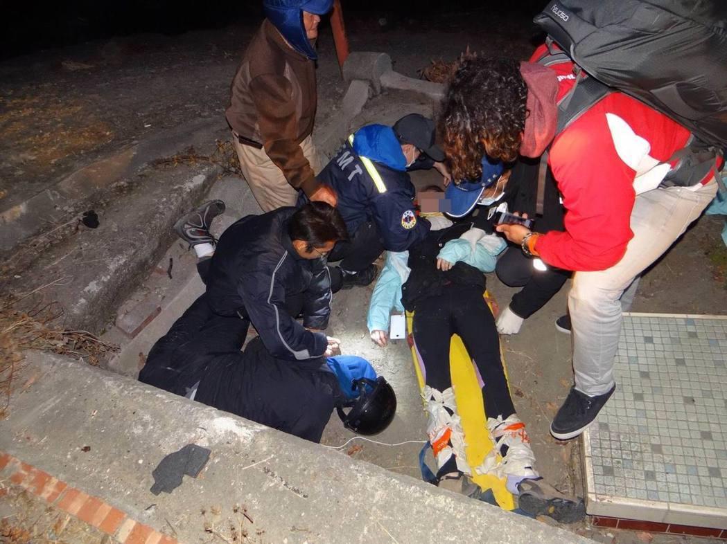 加拿大籍男子疑騎車撞到土地公廟,警消獲報到場急救。記者卜敏正/翻攝