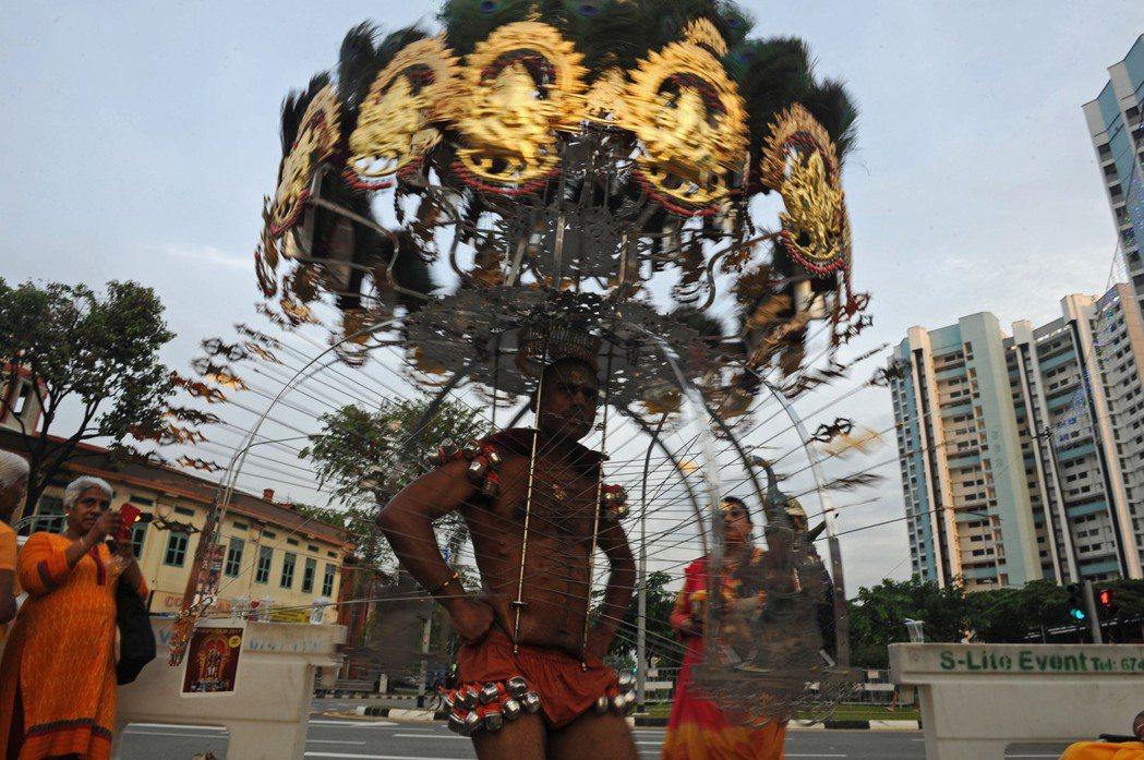 新加坡印度教徒慶祝大寶森節。 (新華社)
