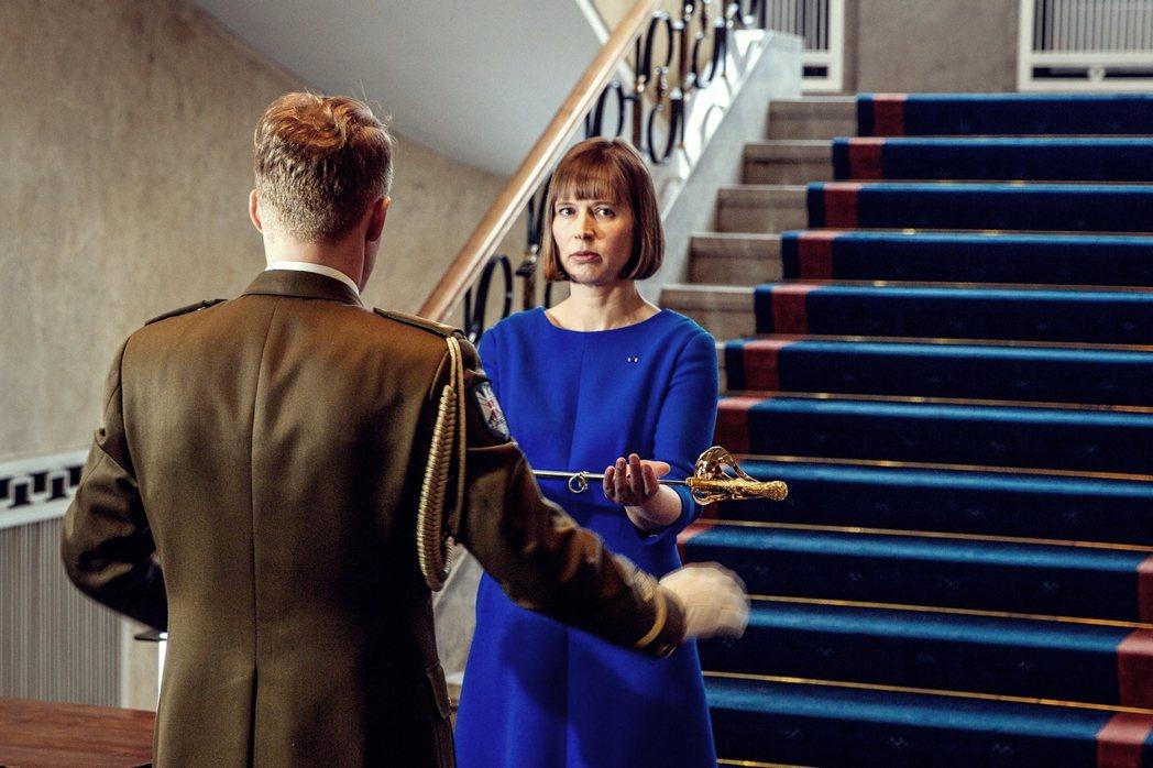 接過共和國之劍的愛沙尼亞新總統,卡琉萊德(右)。 圖/愛沙尼亞總統辦公室