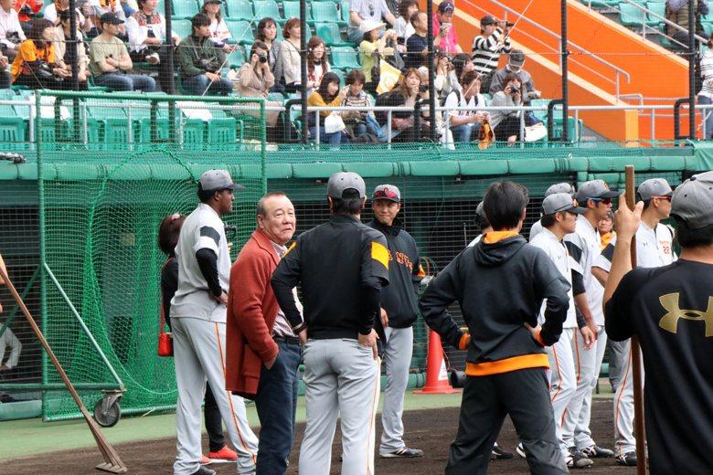 高橋總教練與柴田勳聊天,頭戴墨鏡者是巨人隊主將坂本勇人。 圖/作者提供