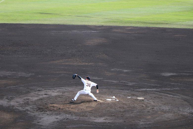 2015年第一選秀指名的櫻井俊貴,也是高橋由伸極力培養的年輕投手。圖為櫻井俊貴於...