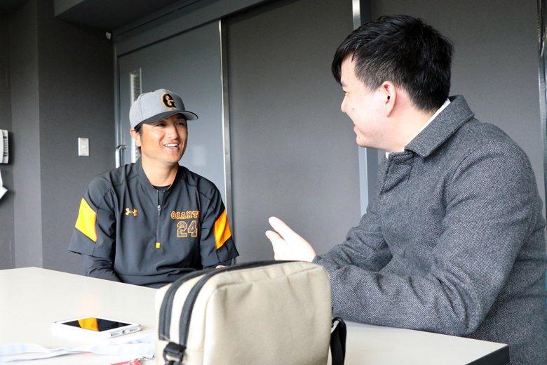高橋由伸在訪談中數度展露笑容,展現相當親切的態度。 圖/作者提供