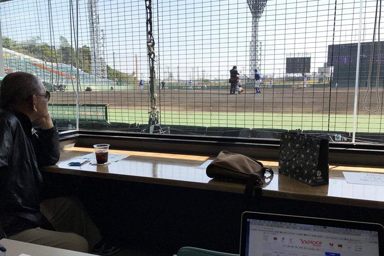 日本一代名投江夏豐,靜靜地在記者室內看著巨人新生代球員奮戰。 圖/作者自攝