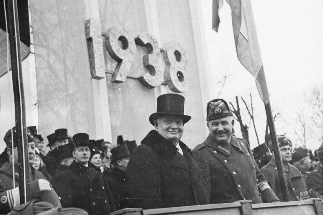 就在總統大選前一個月,時任過渡政府總統的派茲(左)突然發動政變,任命獨立戰爭英雄...