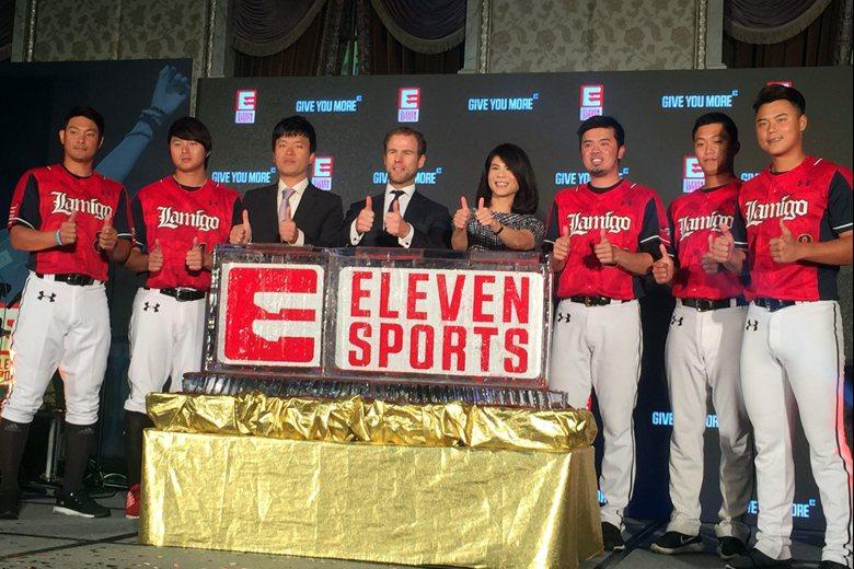 桃猿領隊劉玠廷(左三)率領球員和Eleven Sports全球董事總經理Danny Menken(左四),共同宣布桃猿隊主場比賽的轉播合作。 圖/本報系資料照