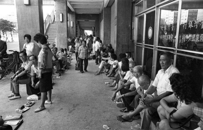 獎券商在台北市中華路一段的台灣銀行營業部獎券科大門口排隊,等候銀行鐵門拉起後,搶...