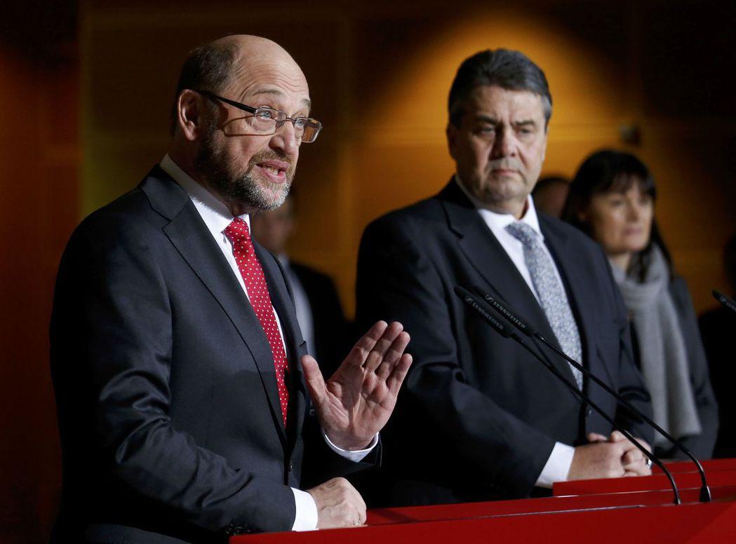 社民黨黨主席嘉布瑞爾(右)突然跟舒爾茲(左)說:我不幹了,你當候選人吧!...