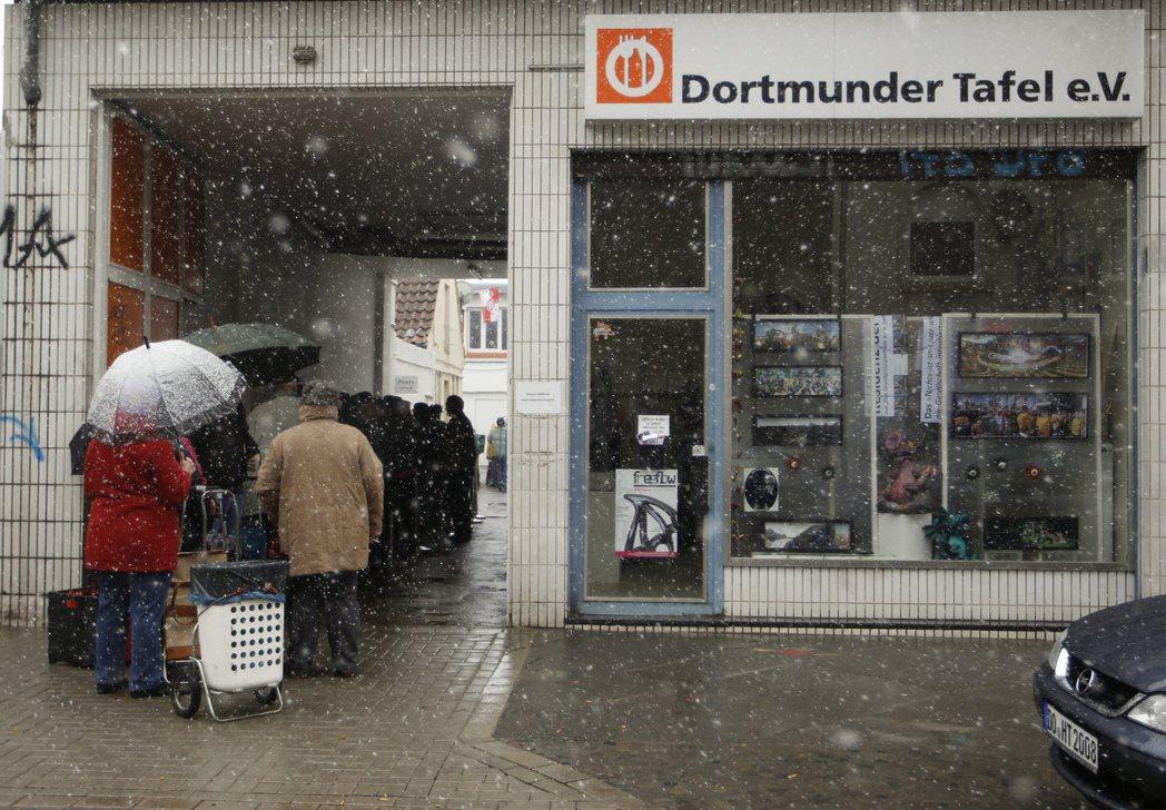 施洛德推行「2010議程」的改革向右靠攏,造成德國貧富差距的擴大,社會最底層的人...