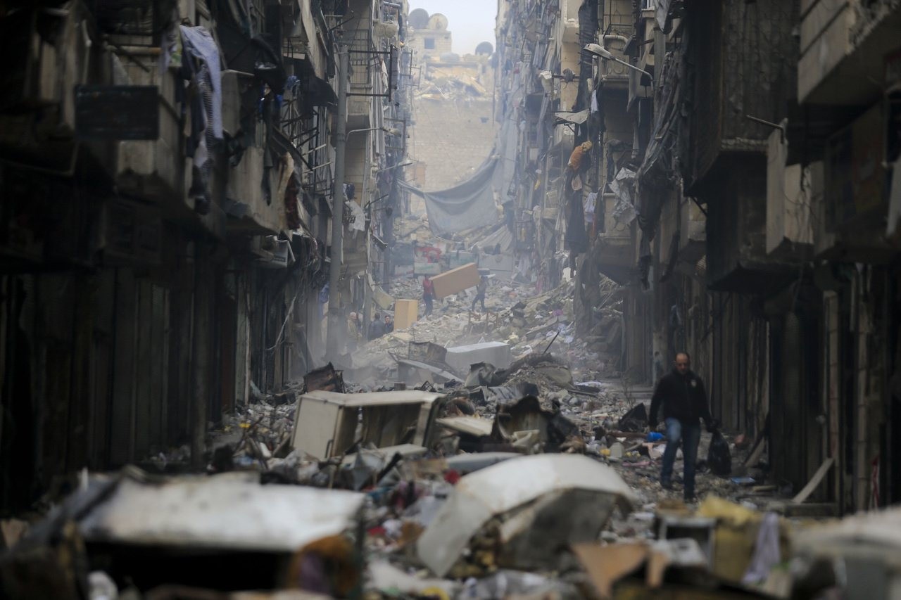 因為他們援助的對象,時常也是軍隊圍城、對平民無差別攻勢下的受害者;而在幫助受害者...