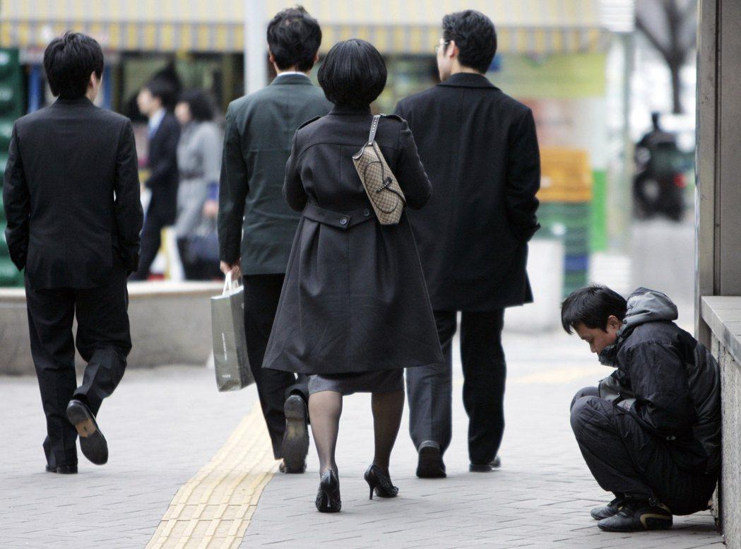 韓國光鮮亮麗外表下,經濟狀況更顯惡劣。如我們舉貧富差異(빈부격차,「貧富格差--」)為例,即可見端倪。 圖/路透社