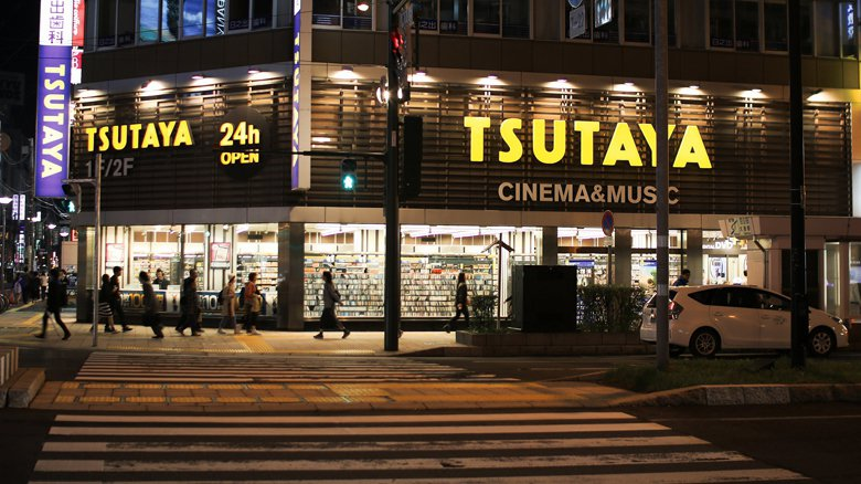 DVD出租店TSUTAYA與蔦屋書店,無論影音或書籍,都隸屬於CCC集團。 圖/取自 MIKI Yoshihito  (CC BY 2.0)