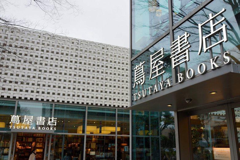 位於東京近郊的代官山,面向舊山手大道的這個基地位置,保留下一段造訪前的留白路徑,彷如踏上一段通往神聖空間的巡拜之旅。代官山蔦屋書店,營造出獨一無二的風格內涵。 圖/取自Bit Boy(CC BY 2.0)