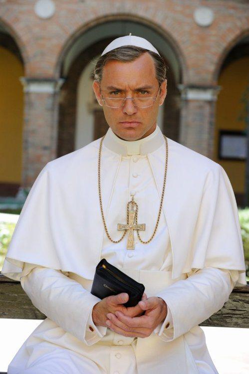 裘德洛演活了「年輕教宗」。圖/摘自imdb