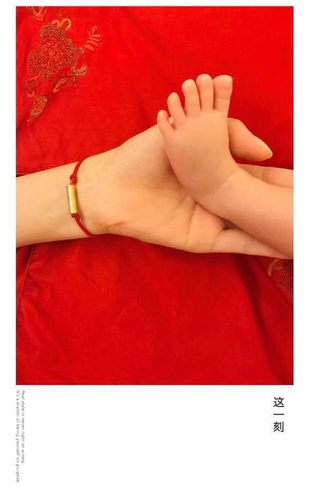 小天使誕生後至今沒露過面,僅有小腳腳。圖/摘自臉書