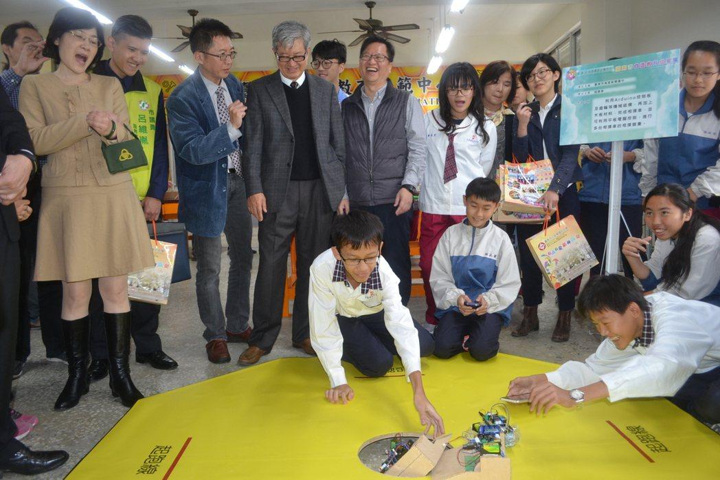 台南市自造教育中心今天啟用,學生展現自造教育成果。記者鄭惠仁/攝影