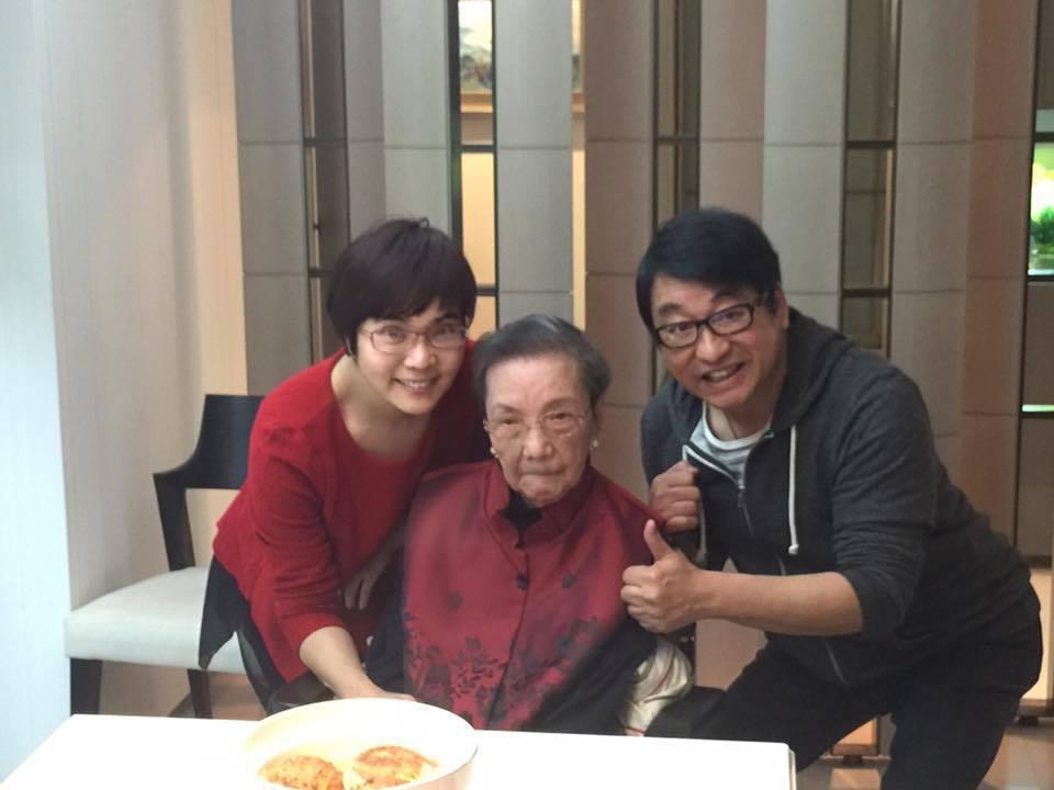 李濤(右)、李艷秋(左)和李艷秋的母親鍾素霞女士。圖/李艷秋臉書