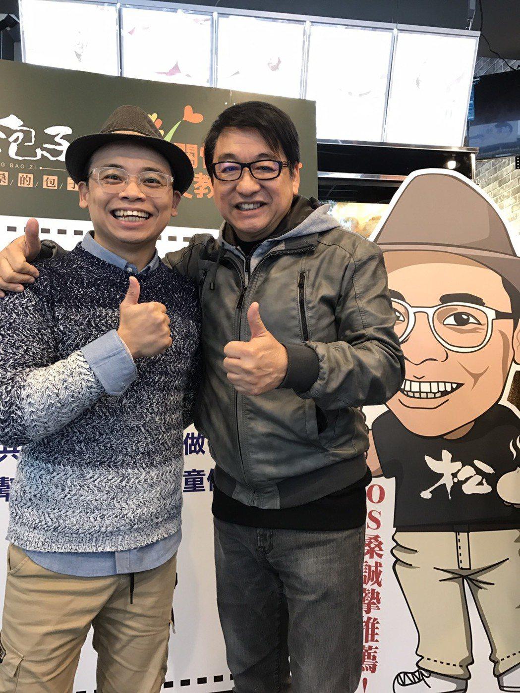 李濤(右)為阿松新開幕的包子店站台,背後有一段故事。記者葉君遠/攝影