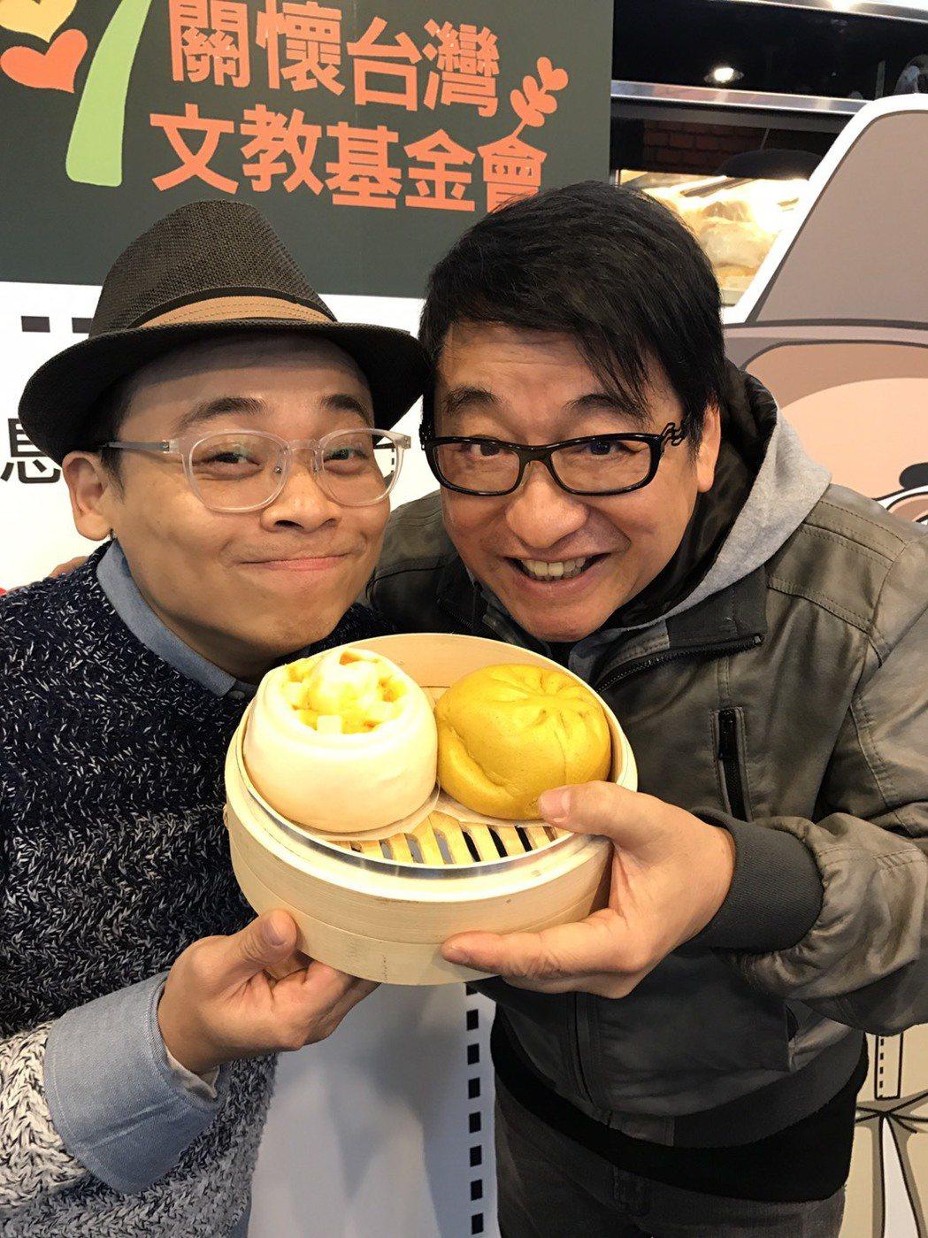 李濤(右)覺得阿松的包子裡除了美味,還有濃濃的人情味。記者葉君遠/攝影