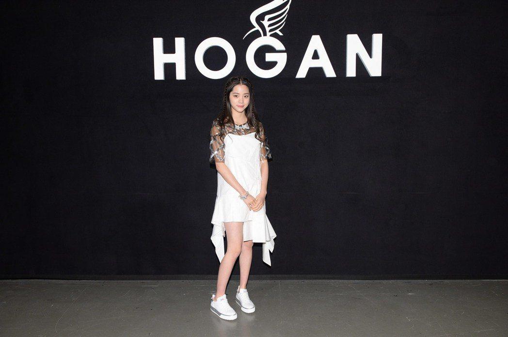 身高167的歐陽娜娜踩HOGAN厚底鞋,硬是高人一等。圖/HOGAN提供