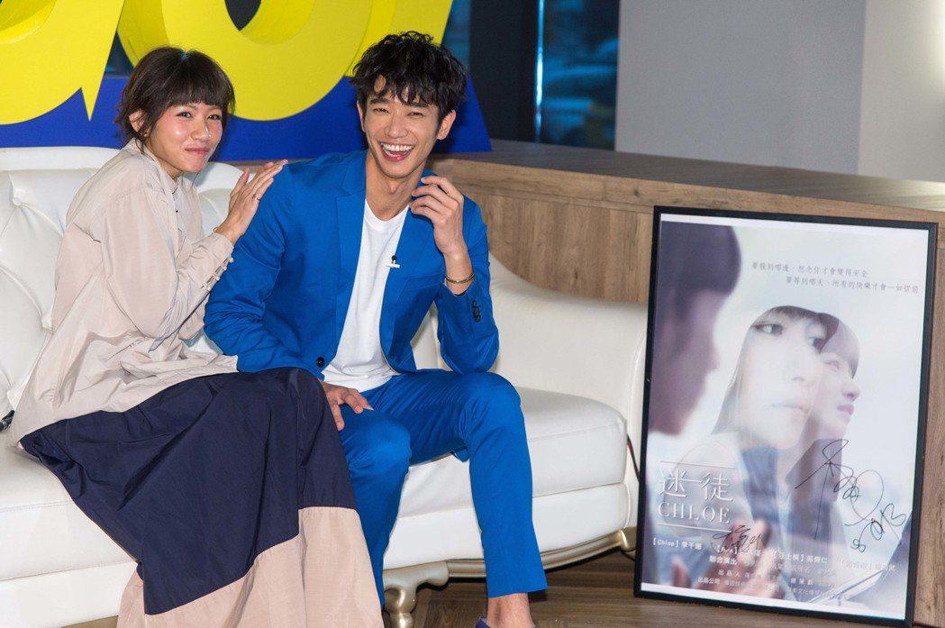 李千娜(左)和劉以豪為「迷徒」出席宣傳。圖/三立提供