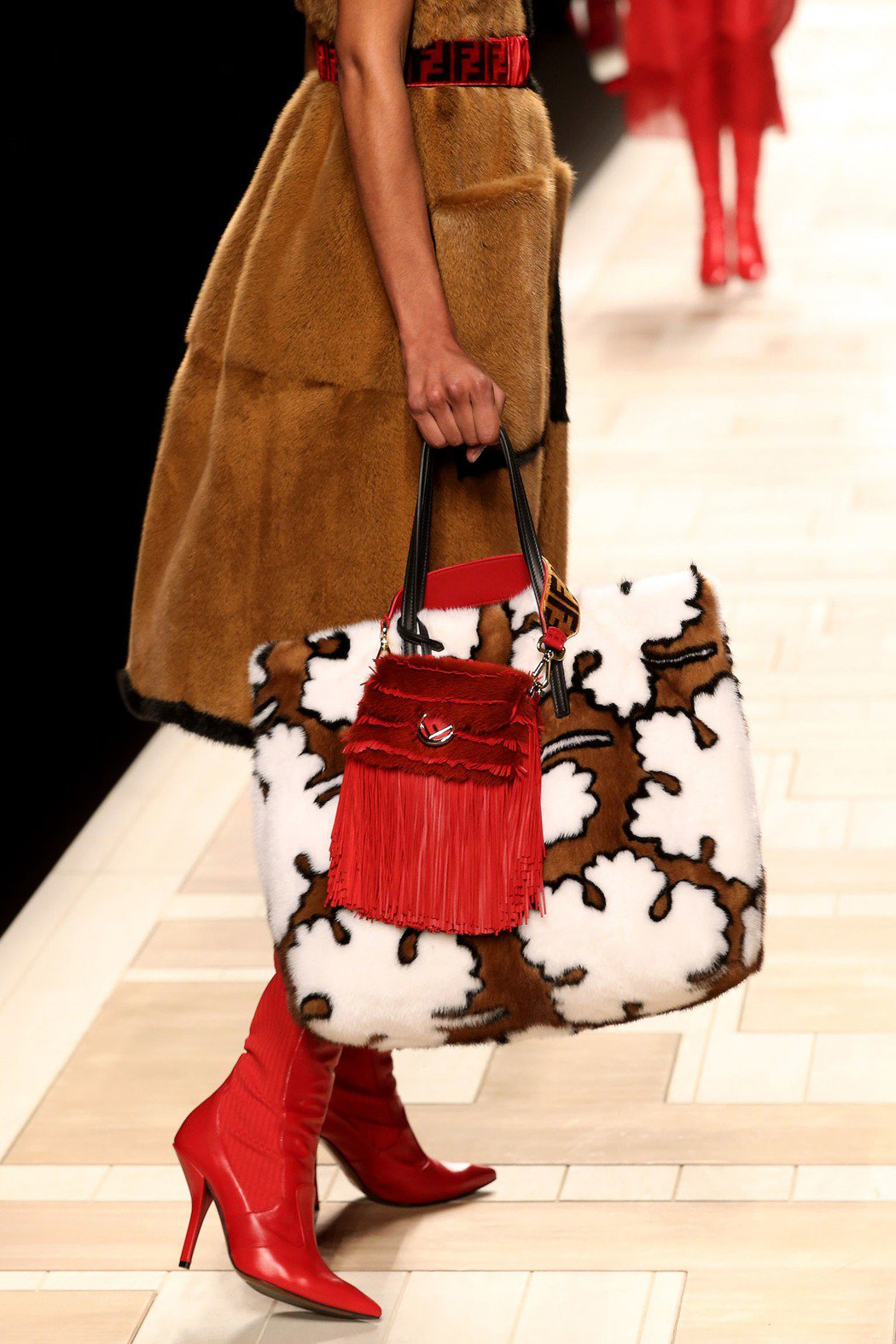 蔡依林秀後表示,想購入這款FENDI的小紅流蘇包。圖/FENDI提供