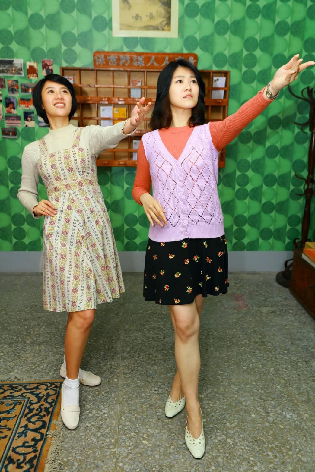 方宥心(左)、曹雅雯演出「外鄉女」,應導演要求擺出70年代姿勢。圖/民視提供