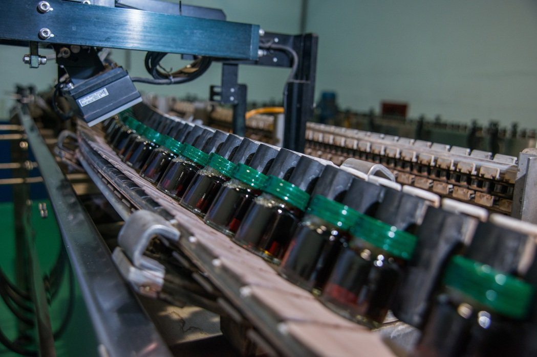 白蘭氏鷄精系列產品在自有的工廠生產,經過10小時以上、超過100℃高溫及高壓殺菌...