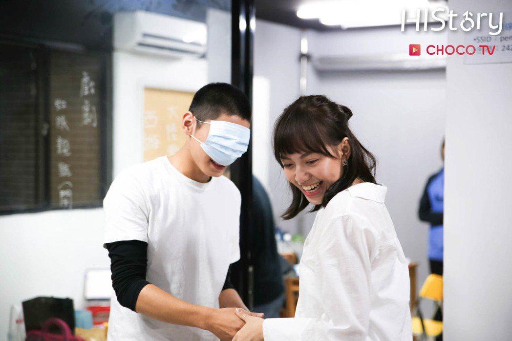 宋柏緯(左)、焦曼婷初見面時被安排玩「矇眼信任遊戲」。圖/CHOCO TV提供