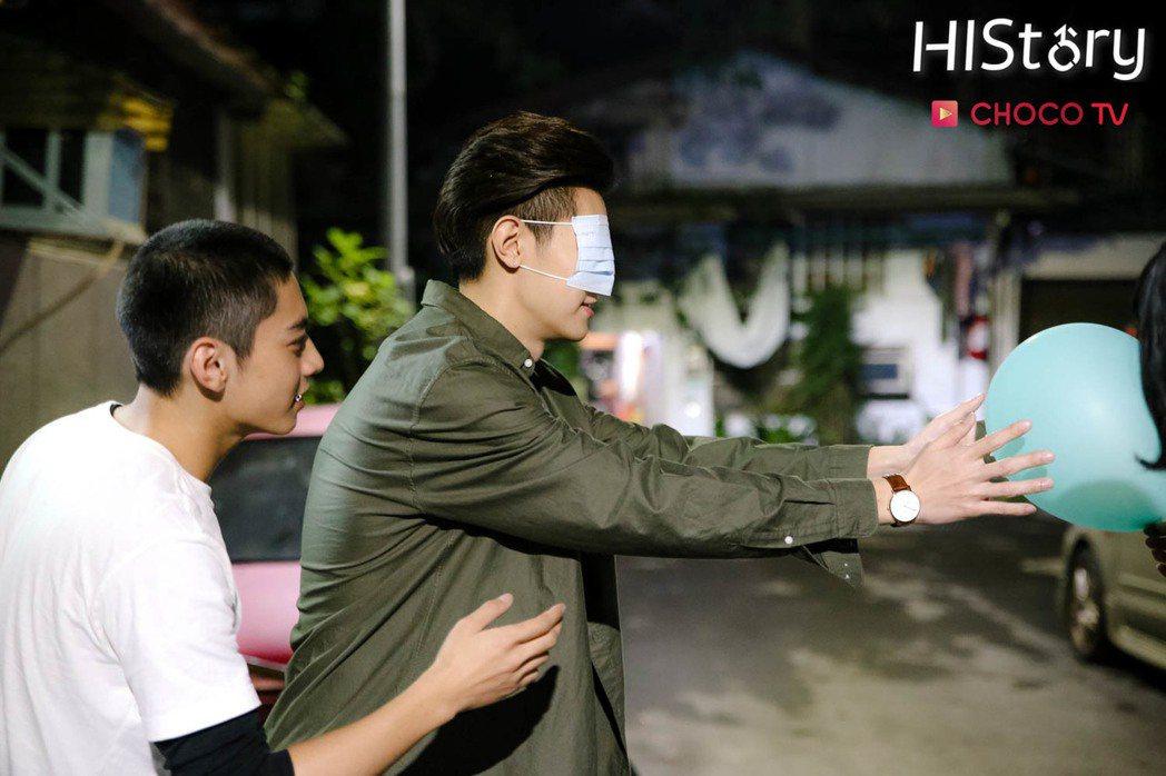 宋柏緯(左)、吳承璟初見面時被安排玩「矇眼信任遊戲」。圖/CHOCO TV提供