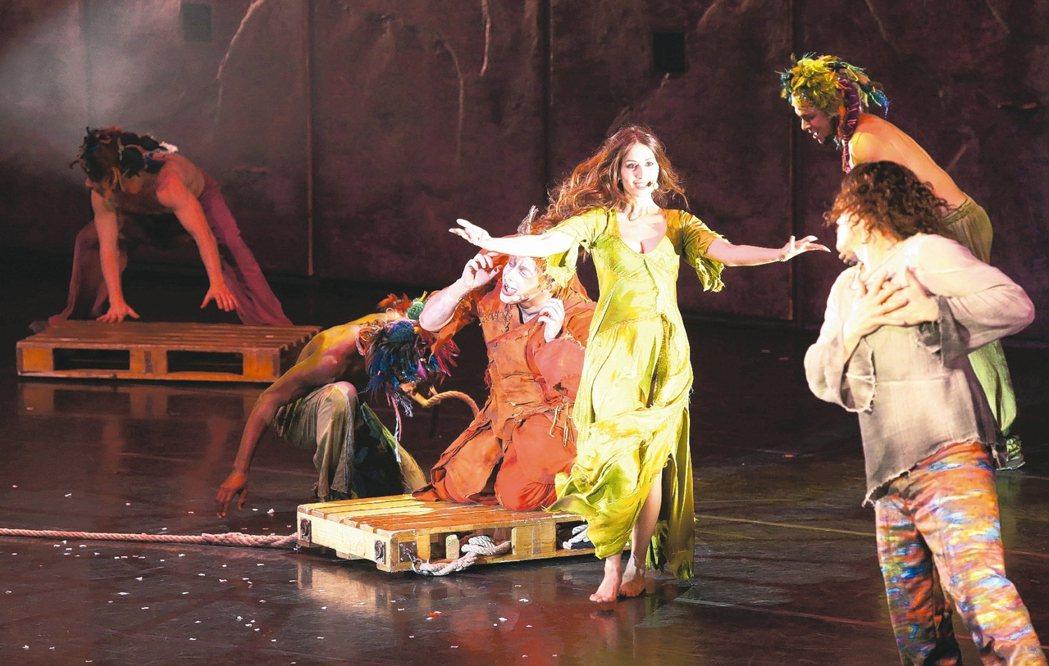 「鐘樓怪人」法文版音樂劇昨晚首演,女主角(中)優美的歌舞驚豔全場。 記者林俊良/...