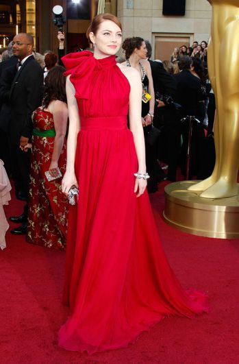 圖為艾瑪史東穿Giambattista Valli桃紅色禮服出席2012年的奧斯
