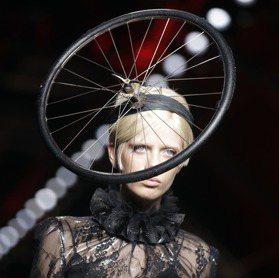 米蘭時裝周/Moschino穿「垃圾」 好狂又幽默
