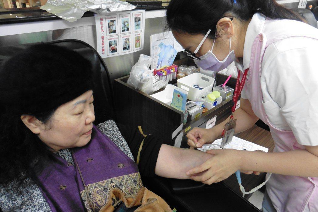 符合捐血資格且評估健康狀況良好,便可進行捐血。 記者黃安琪/攝影
