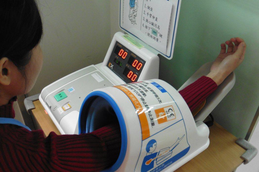 捐血前須先量血壓。 記者黃安琪/攝影