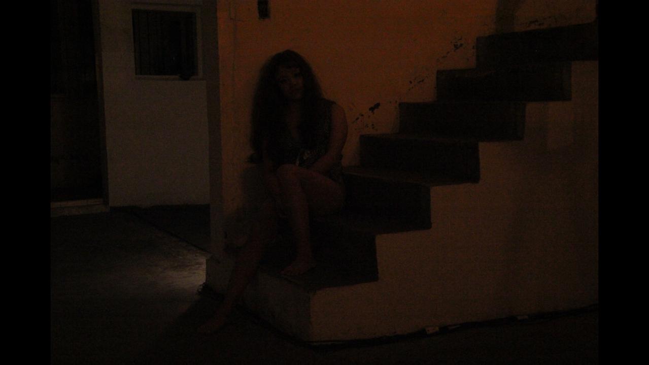 迷失的少女在一片漆黑裡,對腹中逐日成長的孩子訴說著,關於愛的謀殺。 鄭仕恩
