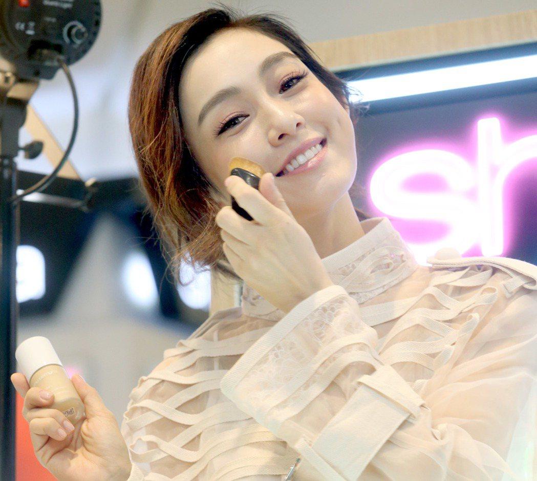 范瑋琪擔任「植村秀」一日店長。記者屠惠剛/攝影
