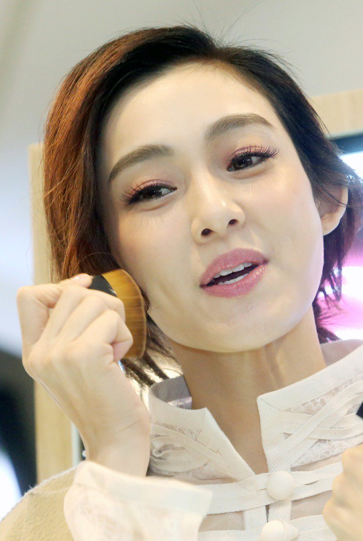 范瑋琪擔任「植村秀」一日店長。圖/記者屠惠剛攝影