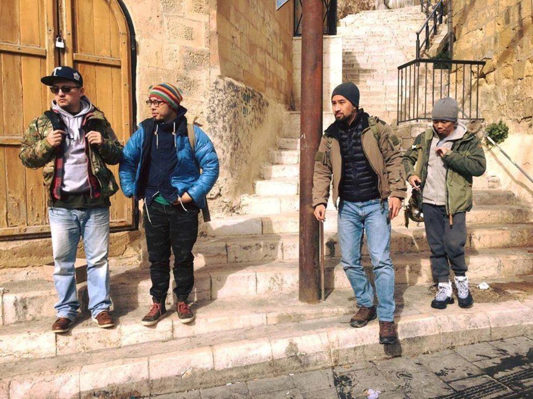 「麻醉風暴2」於約旦出外景,導演蕭力修(右一)正式宣告殺青。圖/公視提供