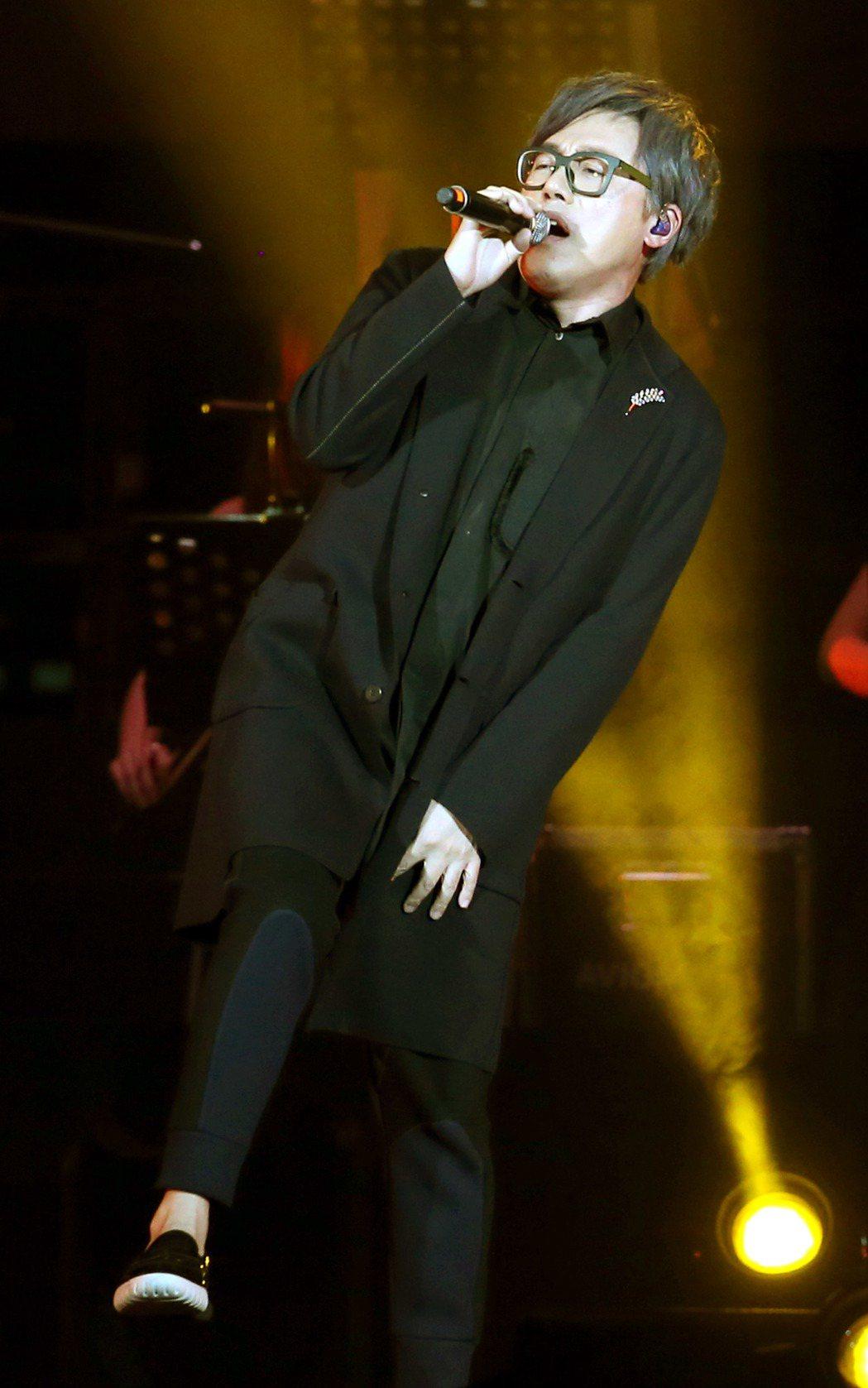 「假如我是羅大佑演唱會」在台北小巨蛋演出,張宇(圖)演唱羅大佑作品「鹿港小鎮」。
